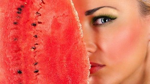 La peau de pastèque est un nettoyant idéal pour le visage.