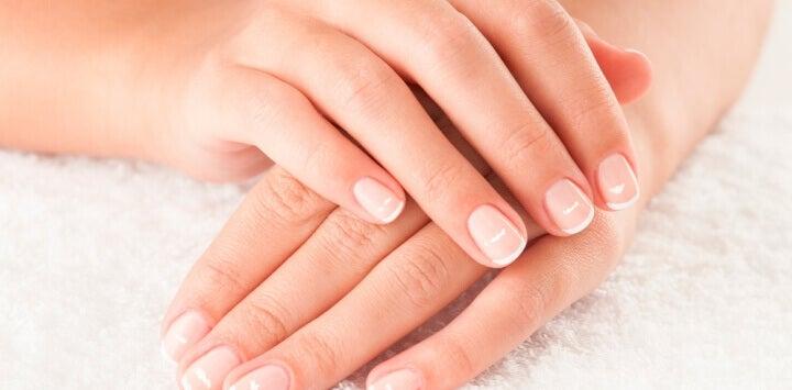 Causes des marques blanches sur les ongles.