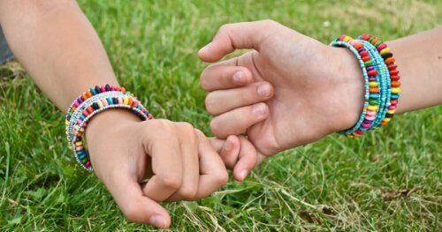 bon-ne-s ami-e-s se tenant par le doigt