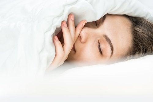 Se couvrir ou rajouter des couvertures ? Comment dormir quand il fait froid