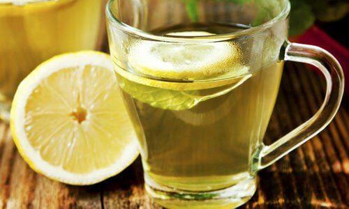 Eau tiède au citron