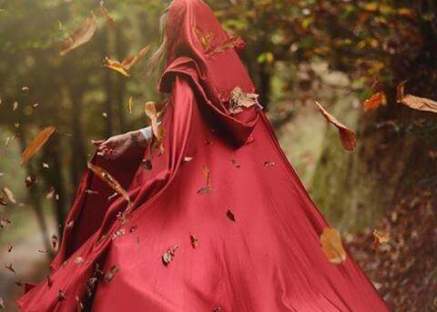 femme portant une cape rouge