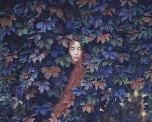femme-dort-feuilles