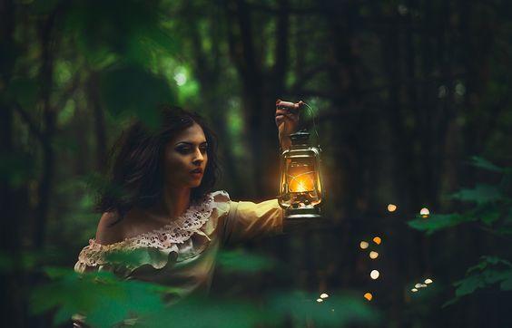 femme portant une lanterne