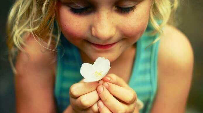 fillette-avec-fleur
