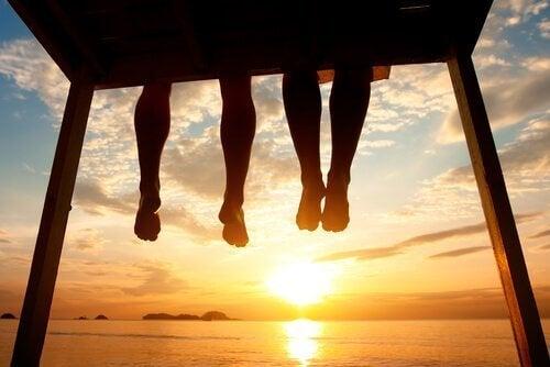 jambes-enfants-coucher-de-soleil