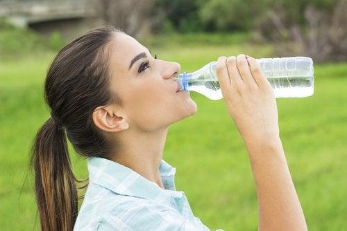 Buvez de l'eau pour éviter les calculs rénaux.