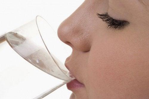 7 signes que vous devez boire de l'eau immédiatement