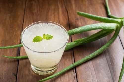 Smoothie miel et aloe vera pour les symptômes de la gastrite.