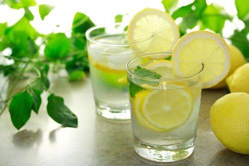 Eau de citron anti-graisses.