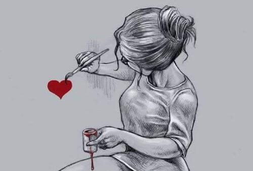 femme-peignant-un-coeur-500x338