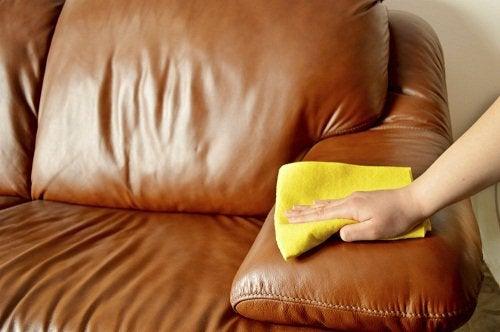 Comment utiliser de l'huile d'olive pour le ménage : nettoyer objets en cuir