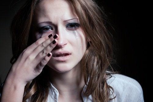 jeune fille qui pleure