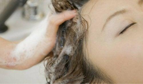 Savez-vous que vous vous lavez mal les cheveux ?