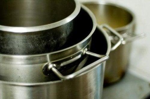Comment utiliser de l'huile d'olive pour le ménage : nettoyer les casseroles