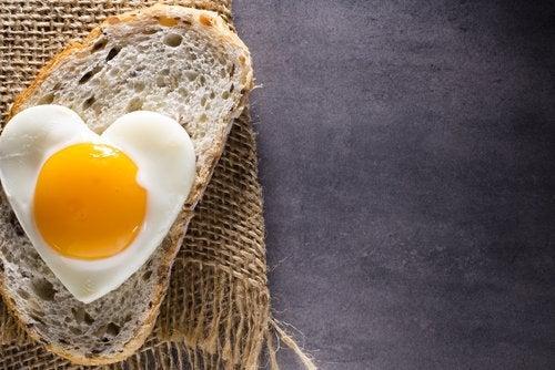 un oeuf sur une tartine de pain