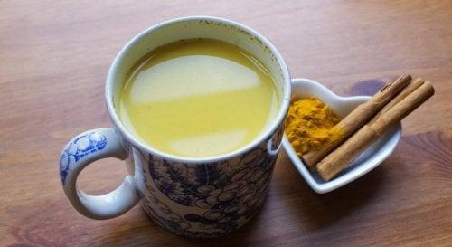 Une boisson puissante au curcuma, à la cannelle et au miel pour stimuler la fonction cérébrale