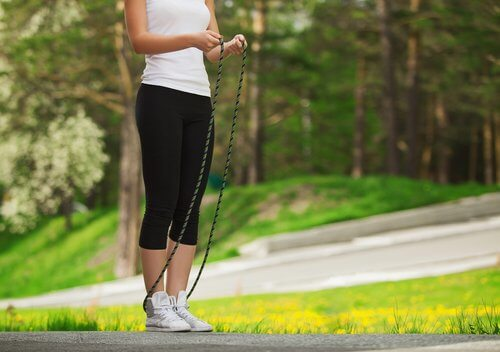 Le saut à la corde permet de tonifier les muscles.
