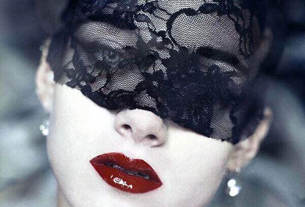 femme avec un masque noir