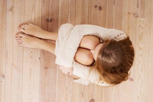 femme-peur-assise-sur-le-sol