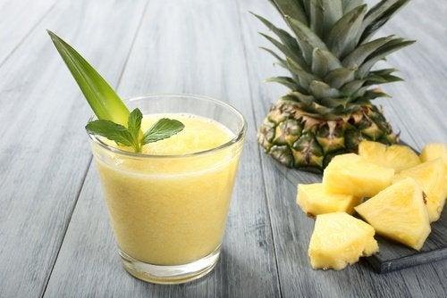 jus naturels pour vous aider à brûler des graisses : thé vert et ananas