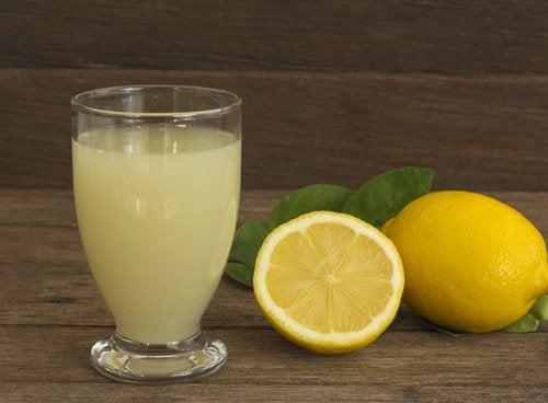 Remède à base de l'eau au citron