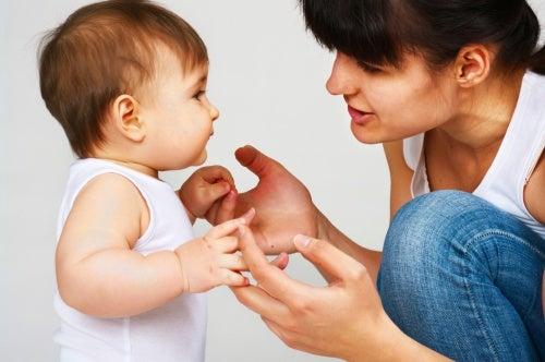 Un bébé apprend à parler