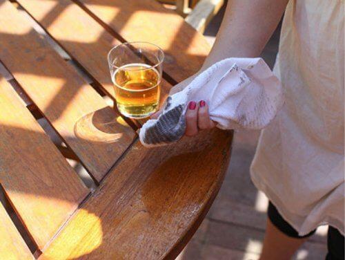 utilisations alternatives de la bière : nettoyer les meubles en bois