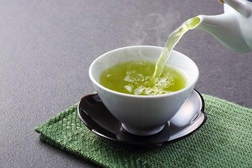 Le thé vert est le plus puissant pour désenfler les poignées d'amour.