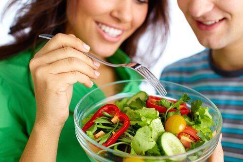 couple qui mange une salade