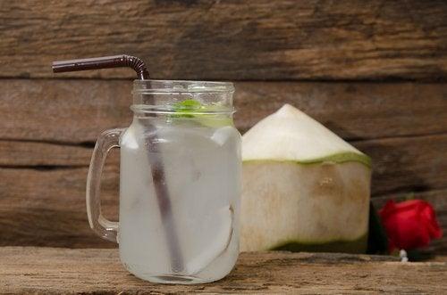 eau de coco et citron pour nettoyer le corps