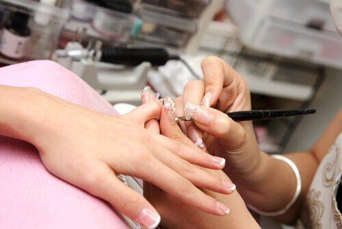 5 signes de mauvaise santé visibles sur les ongles : ongles secs et fragiles
