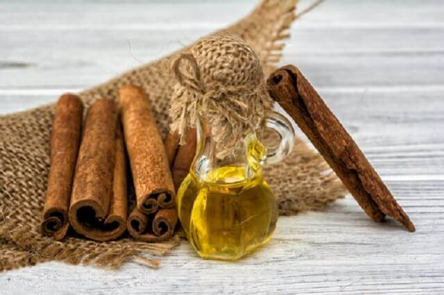 La préparation de l'huile à la cannelle