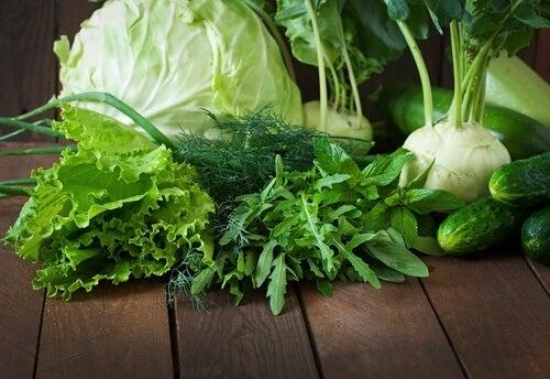 les légumes verts parmi les aliments sains