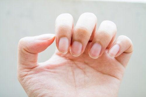 Des ongles fragiles et un mauvais fonctionnement des intestins.