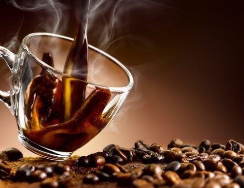 boire de l'alcool ou du café le soir