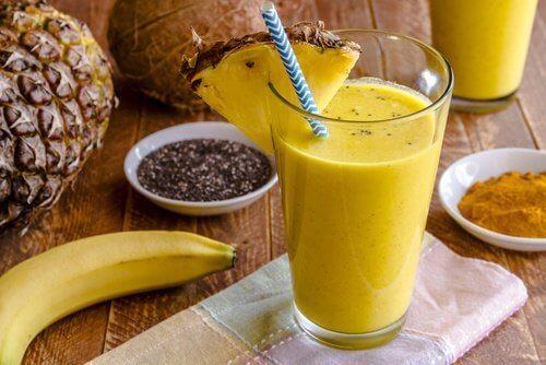 Un délicieux smoothie à la banane et au curcuma pour purifier votre foie
