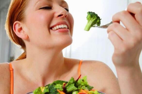 femme qui mange du brocoli