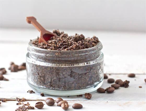 mélange de café moulu et bicarbonate de soude