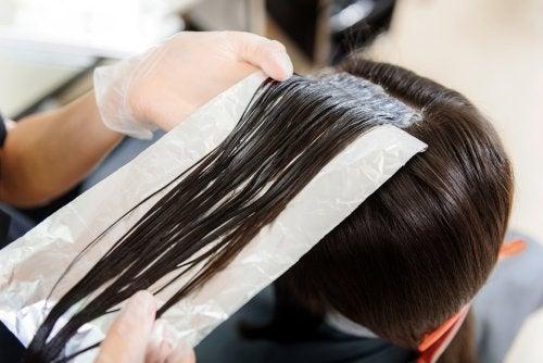 Avez-vous déjà utilisé le papier aluminium dans vos cheveux ?