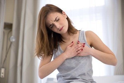 Une douleur dans la poitrine est l'un des symptômes du cholestérol
