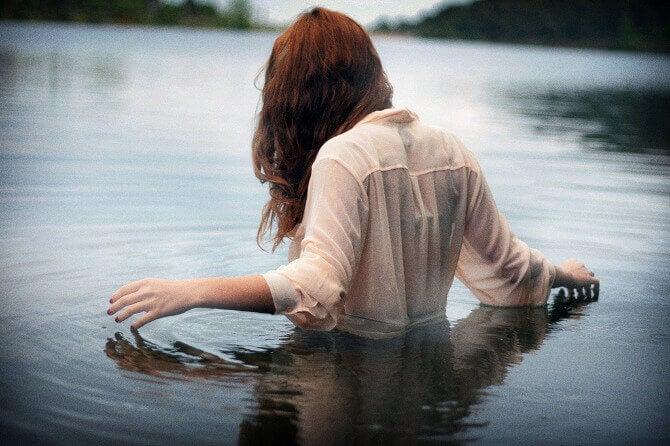femme dans un lac