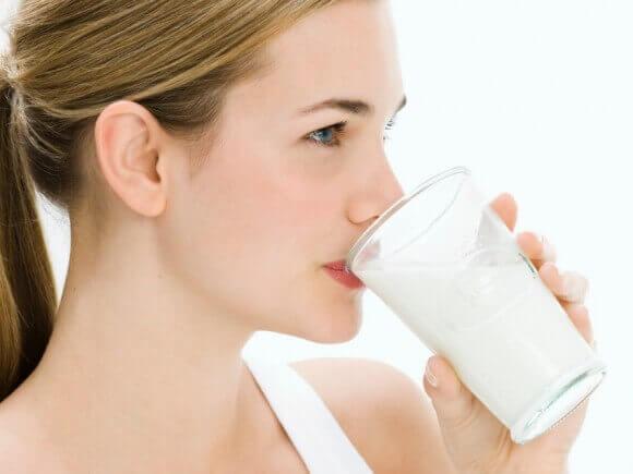 femme buvant du lait de quinoa