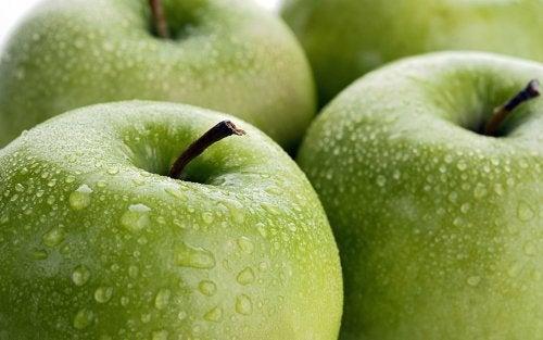 La pomme aide à hydrater le corps.