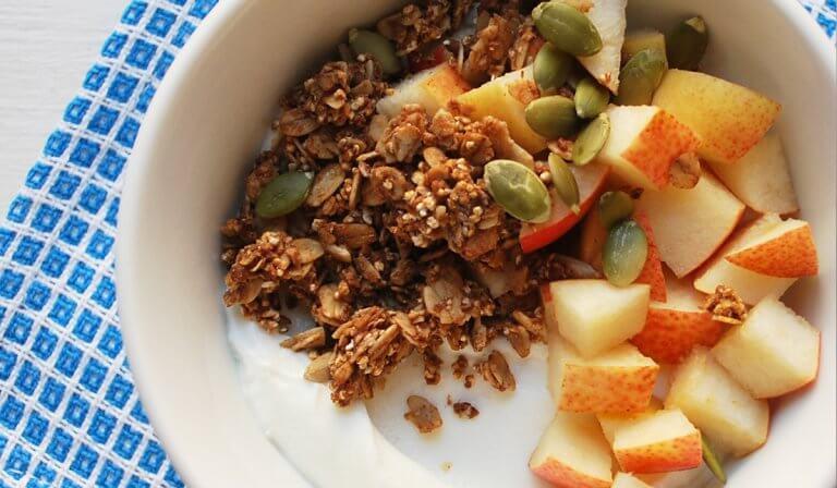 Salade de fruits avec des graines de courge