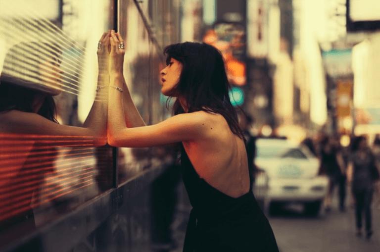 femme devant un train