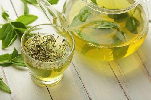 Le thé vert dans la boisson.