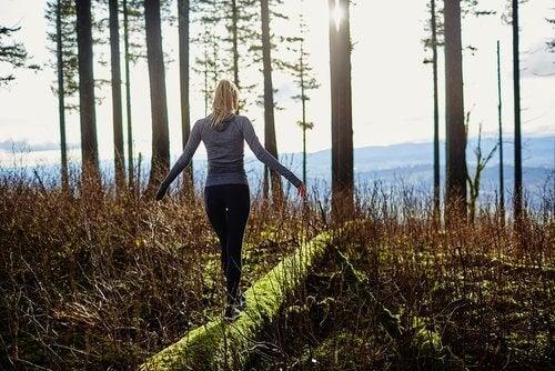 femme qui se balade pour éliminer le stress