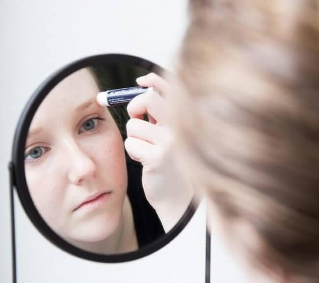 usages alternatifs du baume à lèvres : pour des sourcils parfaits