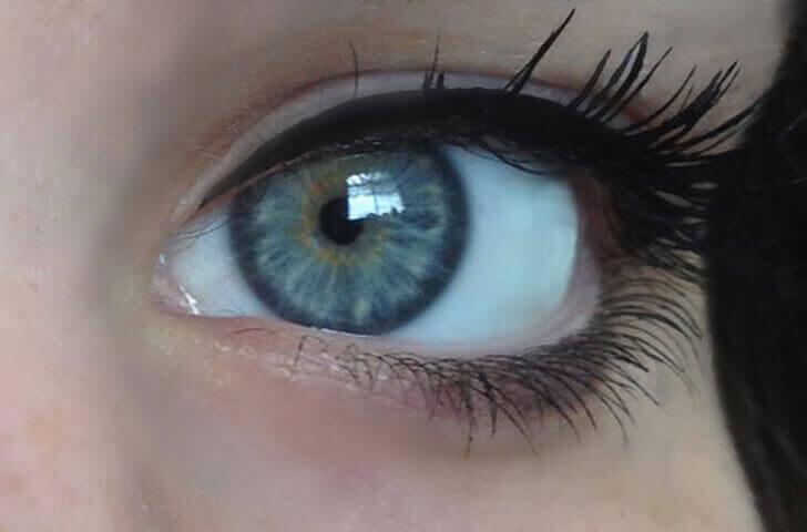 les yeux bleu clair